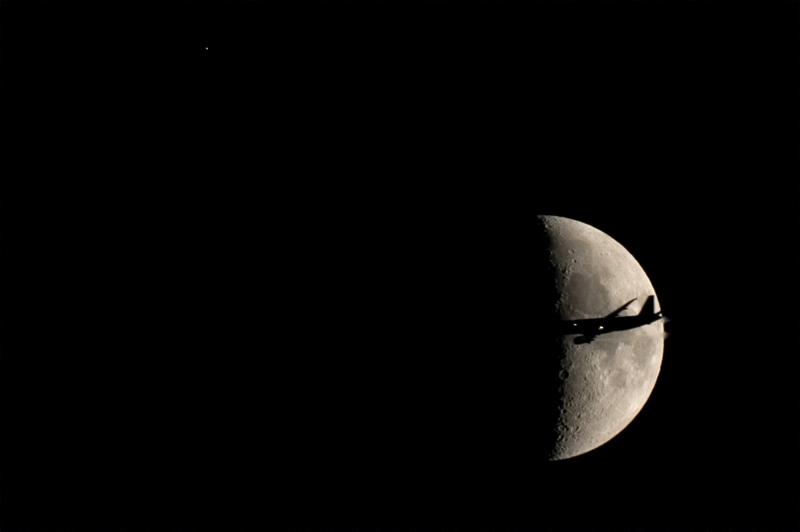 Antares, la Luna y ¿un avión?